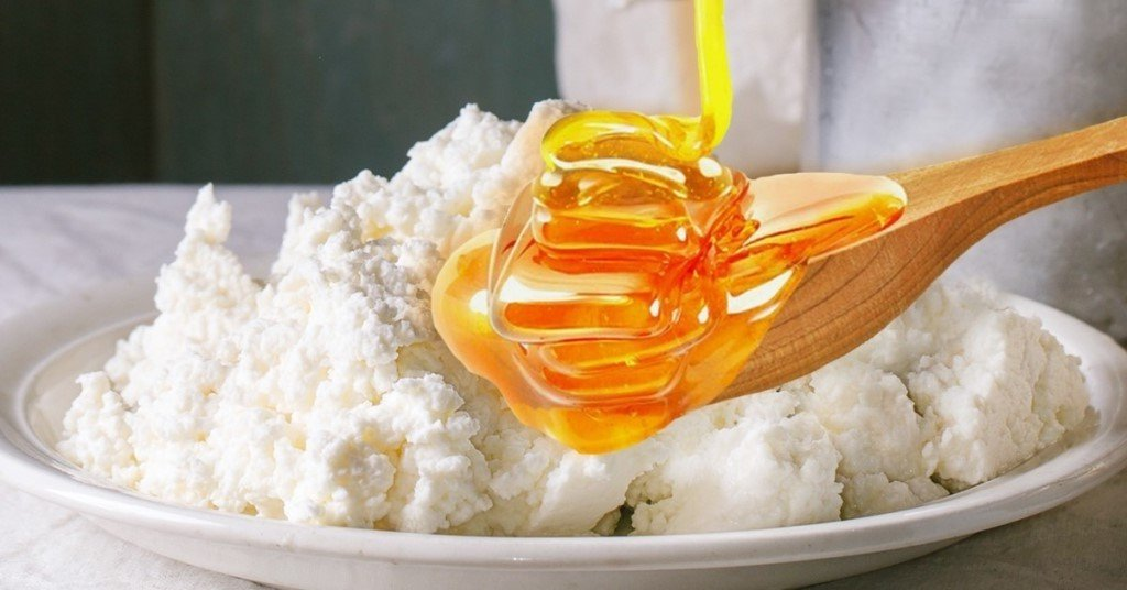 Маска для упругой груди (мед, творог)