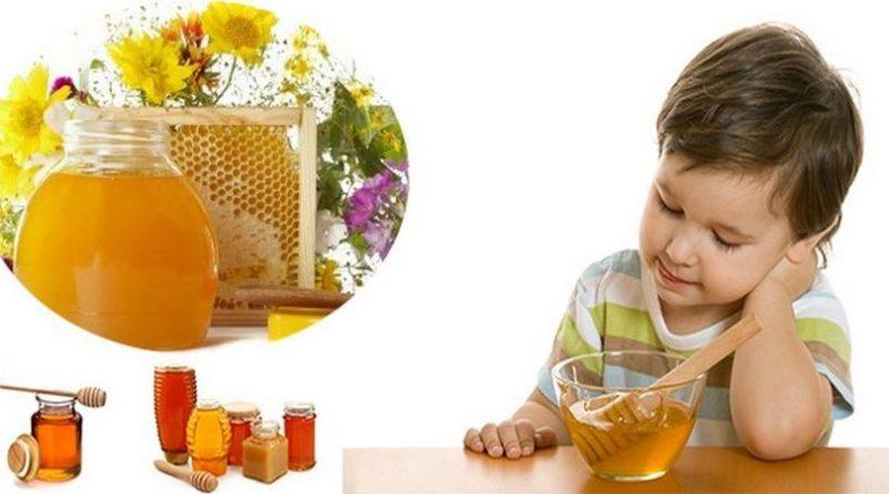 Давать мед можно уже после того, как ребенку исполнится один год. Тем не менее, это должно быть сделано в очень небольших количествах, так как он может вызвать аллергию. Для дошкольников рекомендуется давать 1-2 чайные ложки меда в день в качестве заменителя сахара. Однако его добавляют не в горячие напитки, а в слегка охлажденные напитки - готовые к употреблению. Может потерять свои ценные свойства при температуре выше 40 градусов.